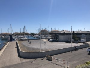 Office de tourisme en premier plan et Port de Frontignan en second plan